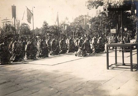 Maradins are in front of Thai Hoa palace