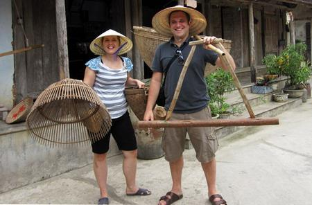 A German couple is enjoyable with Vietnam's traditional product
