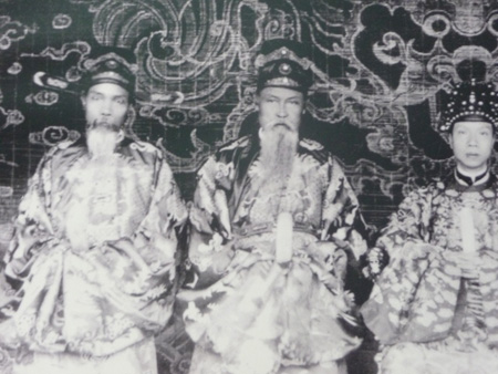 The photos of King Khai Dinh is near consultants