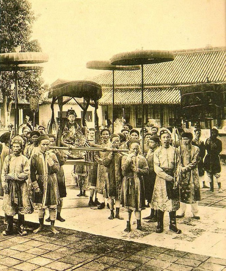 The young King Duy Tan sits on parasol in 1907