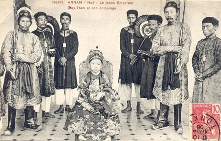 The young king sits accompany with mandarins in 1907