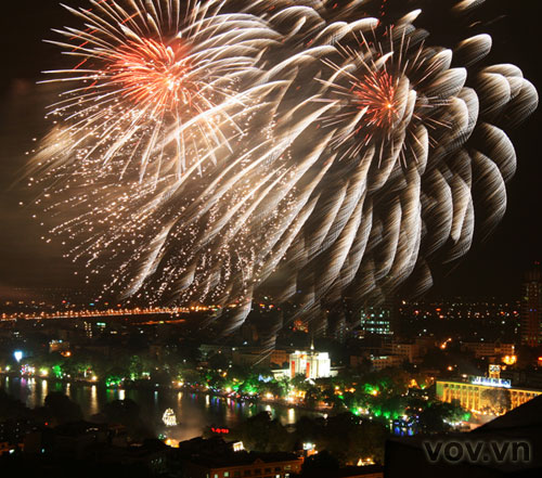 Fireworks in Ha Noi sky to welcome New Year